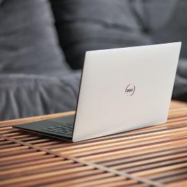 Laptop com Windows 10 na mesa de centro.