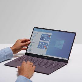 Laptop com Windows 10 em uma mesa.