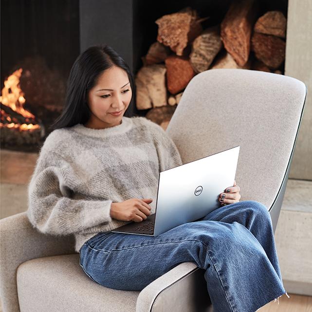 Foto de mulher com laptop com Windows 10